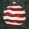 15 cm julekugle, perlemor rød med bølger af hvidt glitter-01