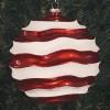 20 cm julekugle, perlemor rød med bølger af hvidt glitter-01