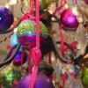 8 cm julekugle, perlemor, pink m/bælter lilla, turkis, lime glitter-01