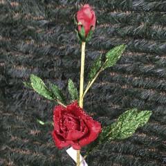 Rose på stilk med knopper, rød og grøn, 63 cm